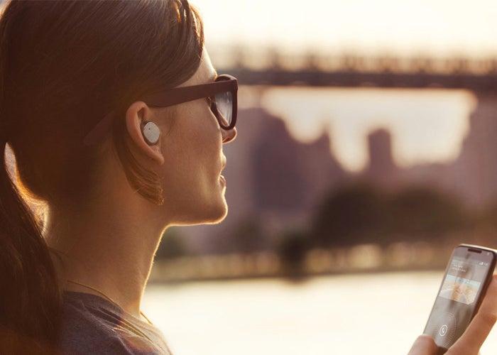 escuchando musica con auriculares bluetooth